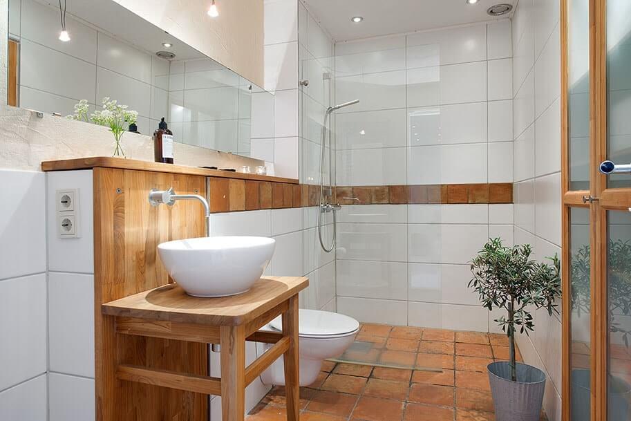 Деревянная тумба с раковиной в ванной скандинавского стиля