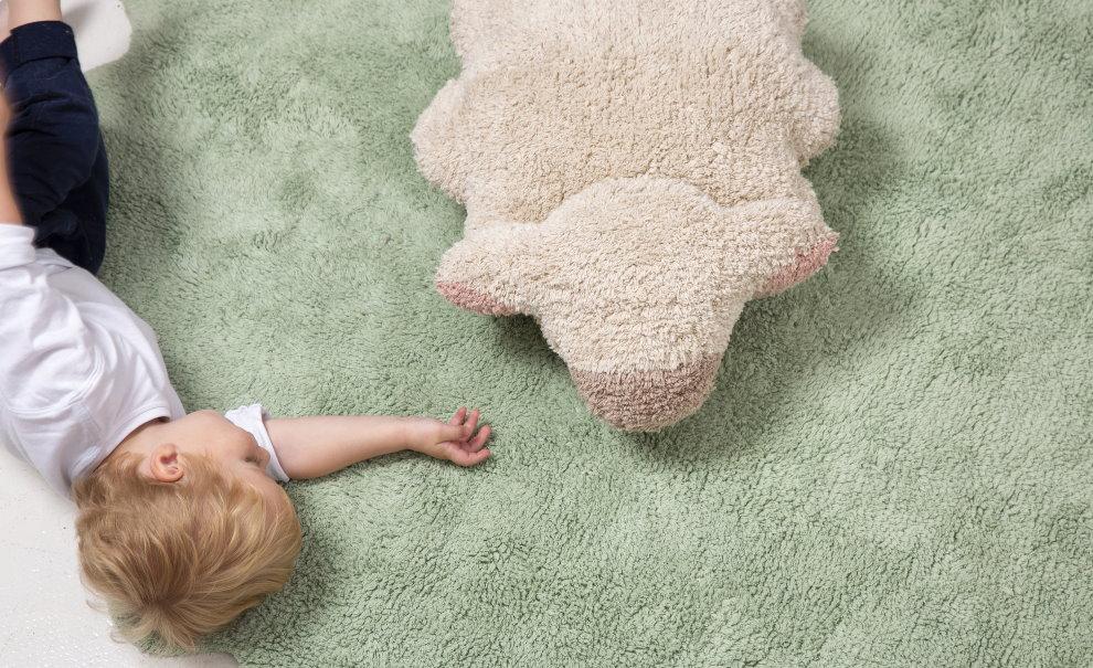 Ребенок дошкольного возраста на мягком ковролине