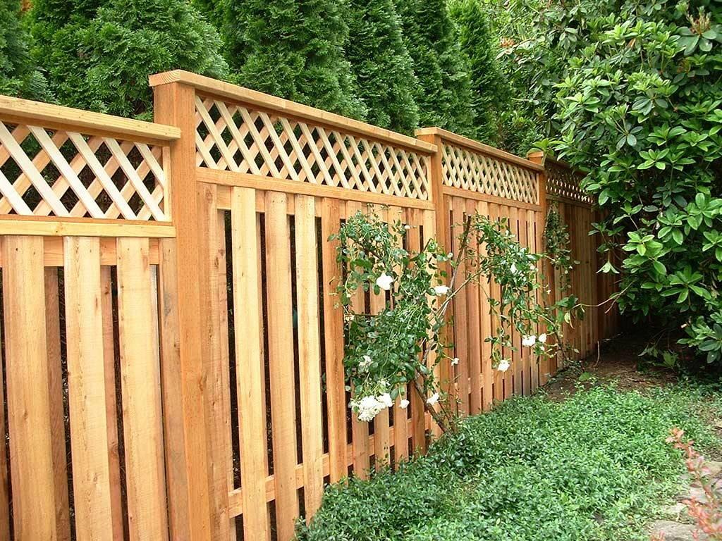 Деревянные решетки в верхней части садового забора