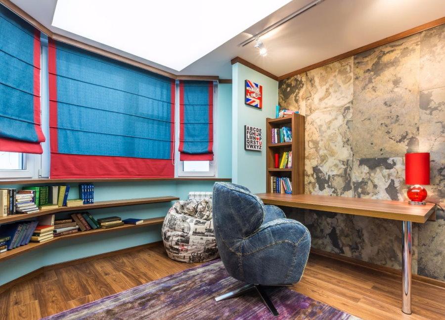 Красно-синие шторы римского типа в детской комнате