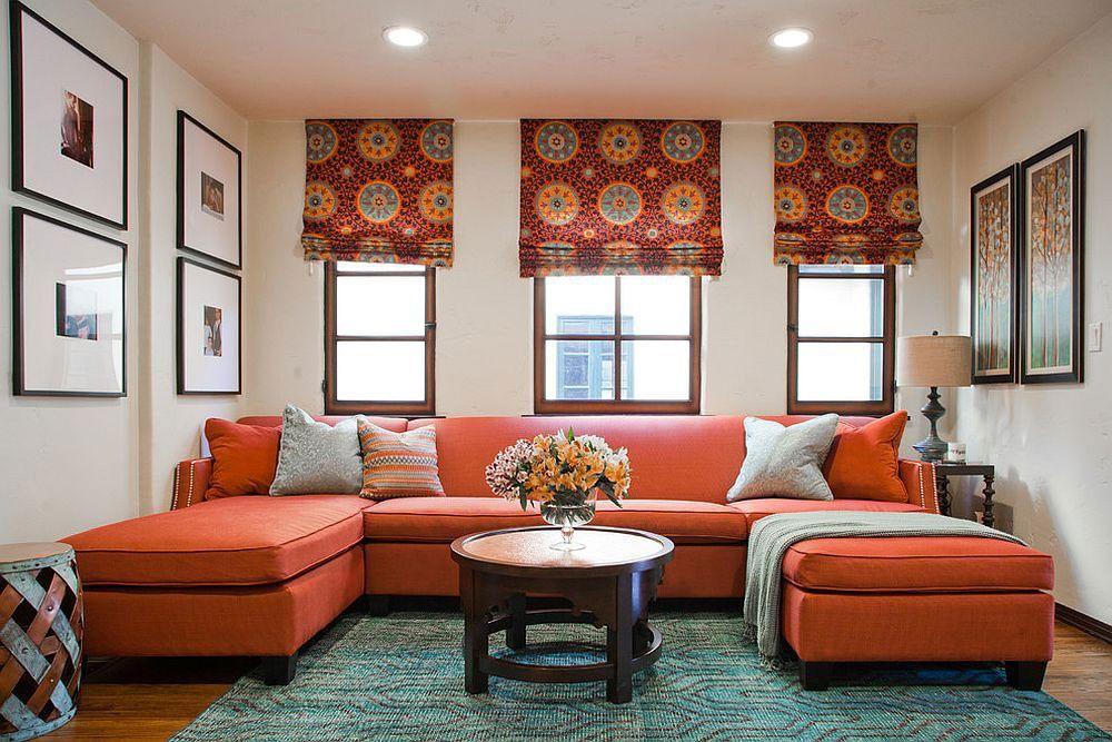 Римские шторы в гостиной с терракотовым диваном