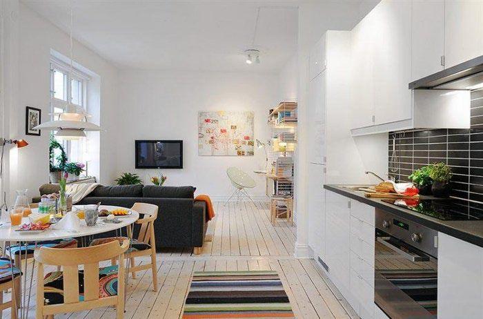 Белый потолок в квартире с деревянным полом