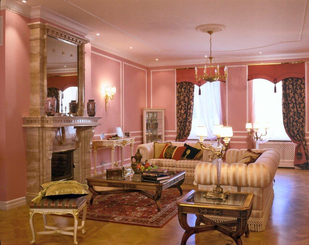 Розовые стены в гостиной классического стиля