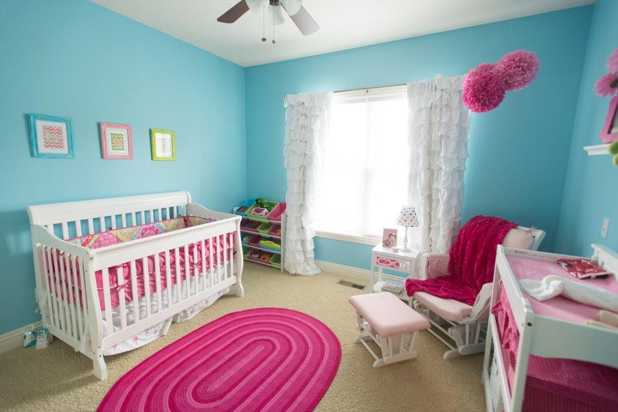 Розово-бирюзовая комната для младенца