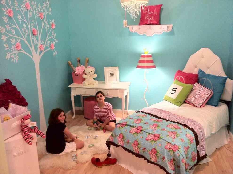 Акценты розового цвета в комнате девочек с бирюзовыми обоями