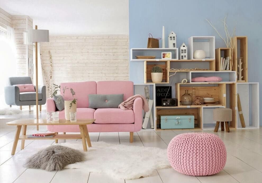 Розовый диванчик в комнате с голубой стеной