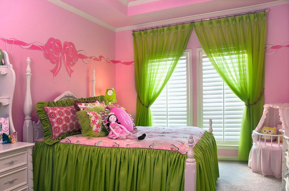 Зеленый текстиль в розовой комнате девочки