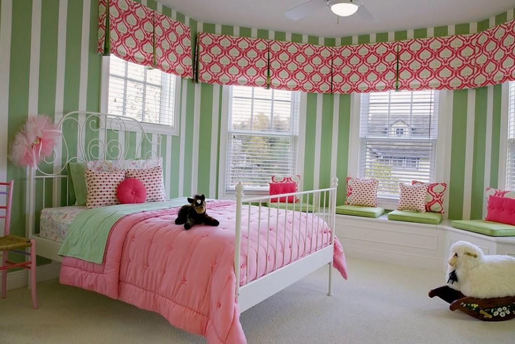 Розовое одеяло в спальне девочки дошкольного возраста