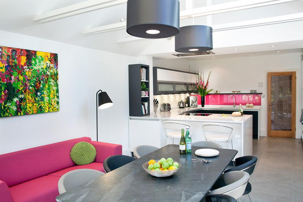 Розовый диван в кухне гостиной