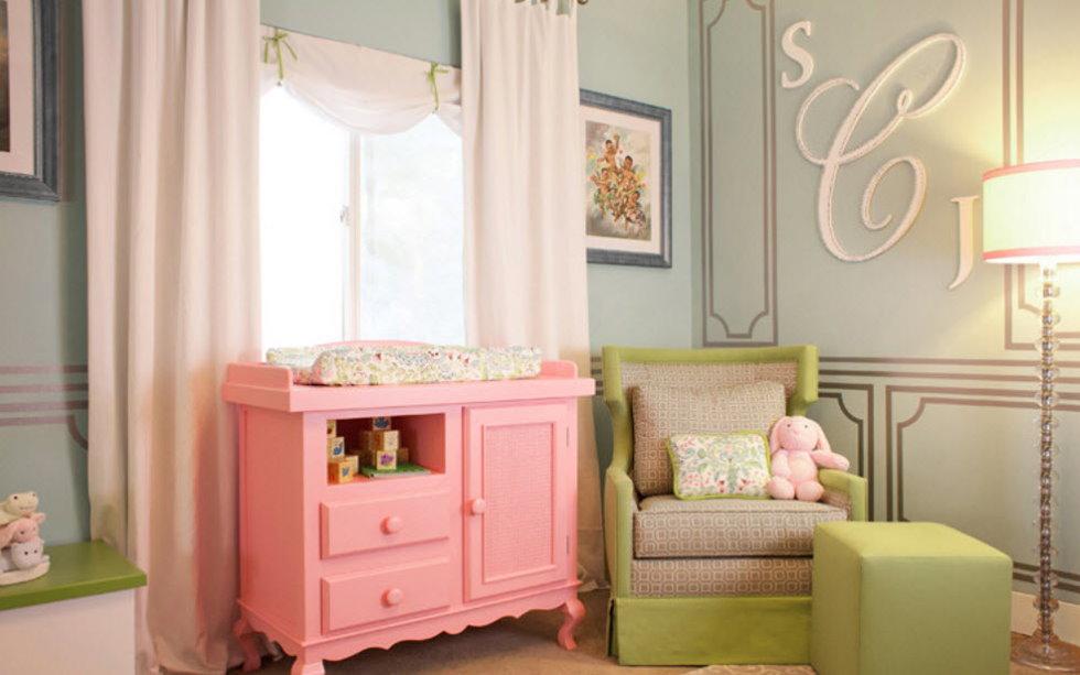 Розовый комод в спальне девочки