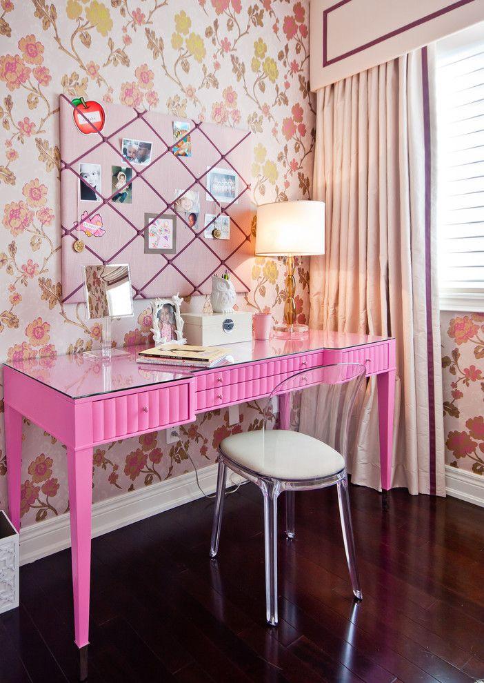 Туалетный столик розового цвета для школьницы