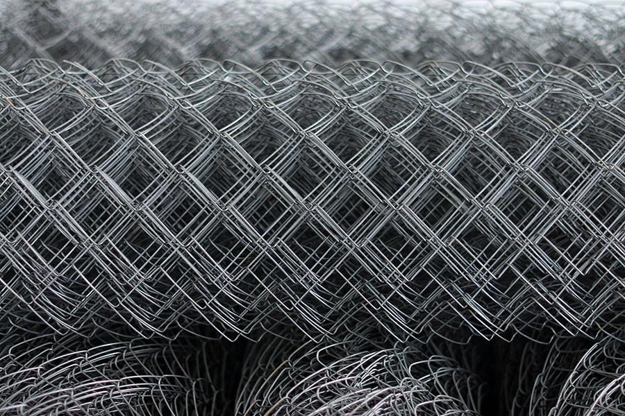 Рулоны сетки-рабицы с ячейками среднего размера