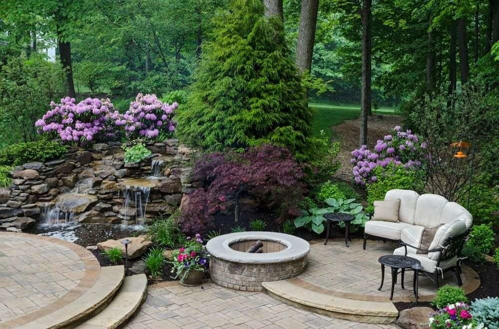Уютная площадка для отдыха в саду смешанного стиля