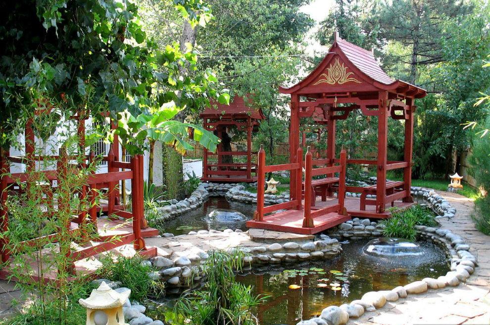 Пруд в саду китайского стиля