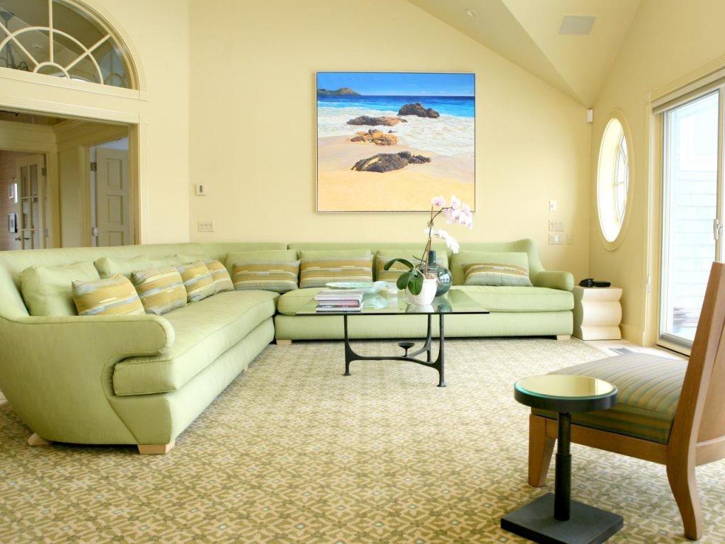 Светлая гостиная с диваном салатового цвета