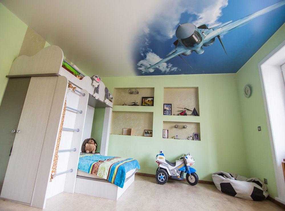 Самолет на полотне натяжного потолка в детской