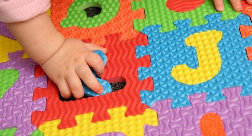Игровой коврик с пазлами из букв