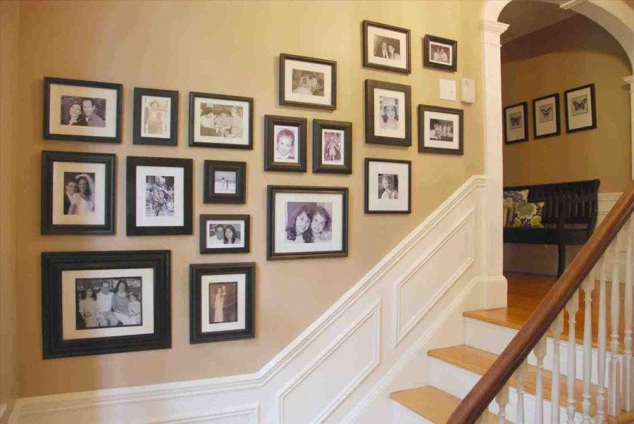 Семейные фото на лестнице в частном доме