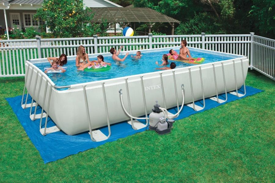 Семейный бассейн с жесткими бортами на даче