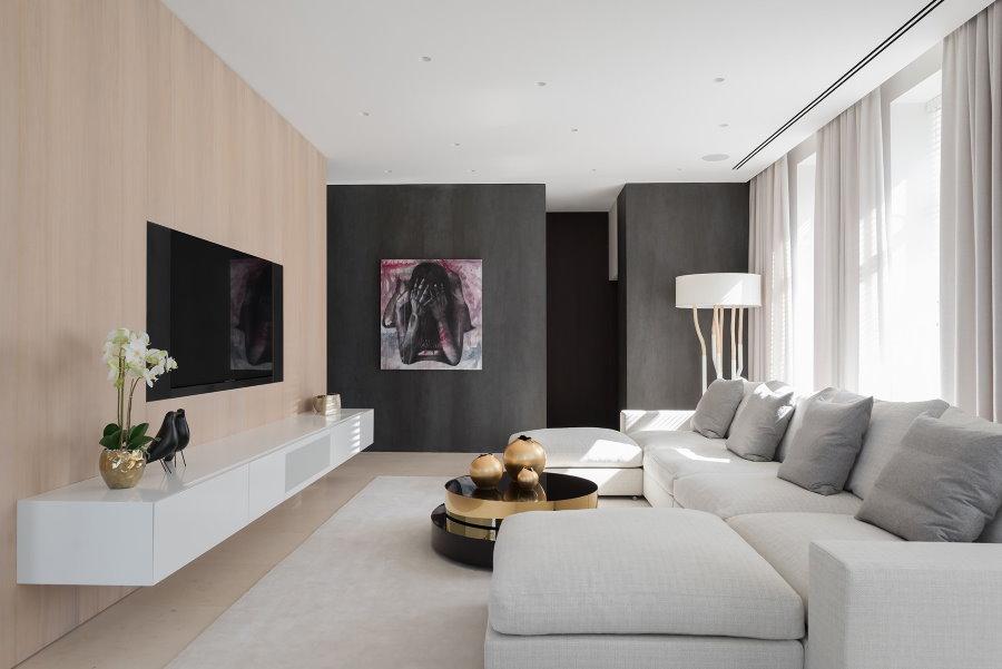 Акцентная стена серого цвета в трешке панельного дома