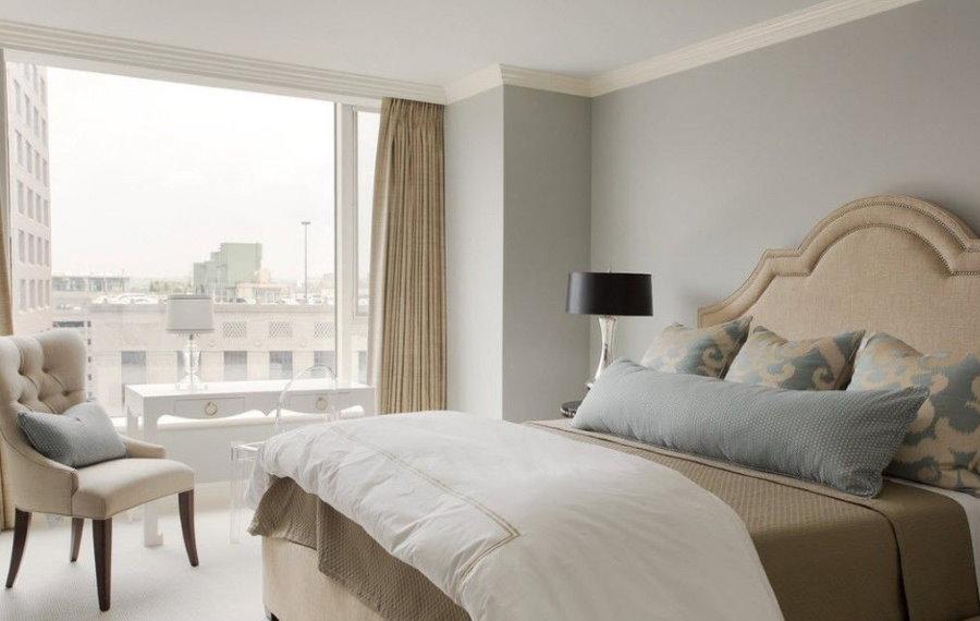 Бежевые шторы в спальне с серыми стенами
