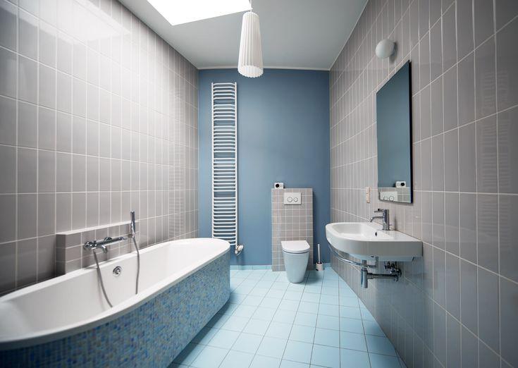 Голубой пол в ванной с серыми стенами