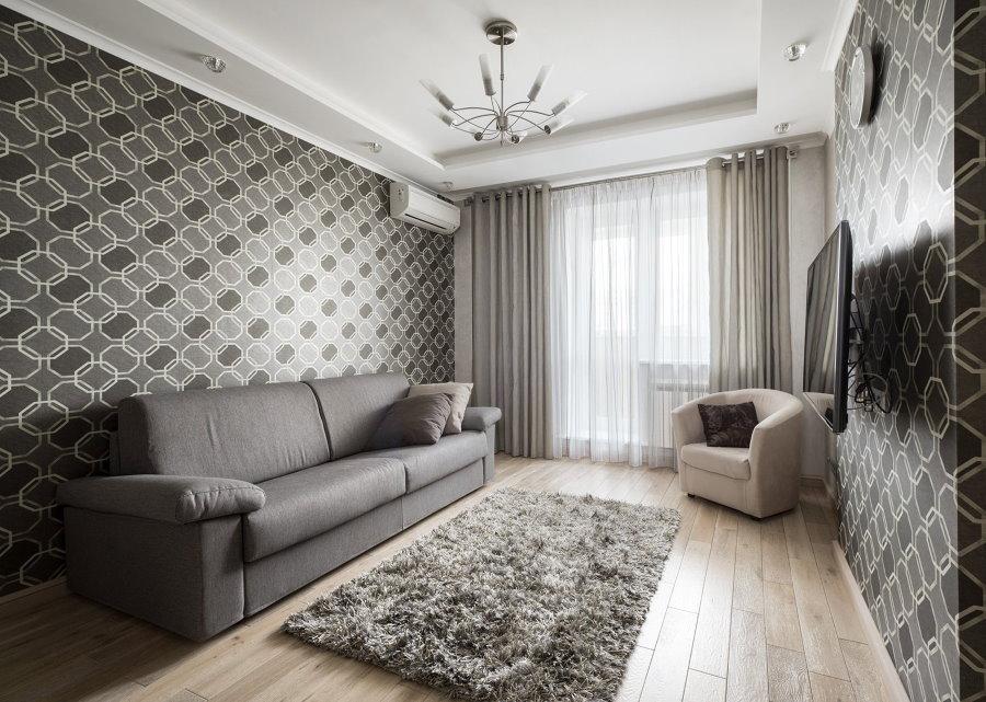 Деревянный пол в зале с обоями серого цвета