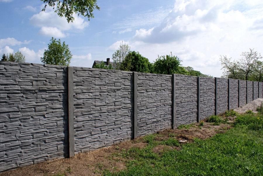 Серый бетонный забор на дачном участке