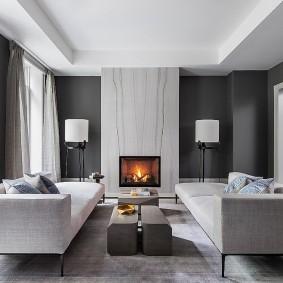 Интерьер зала в квартире с серым ламинатом
