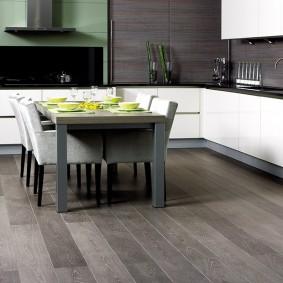 Пол кухни с ламинатом серого цвета