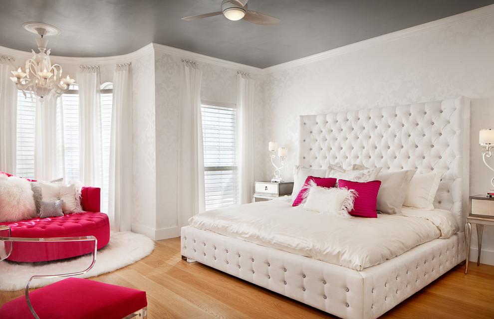Белая кровать в спальне девочки школьного возраста