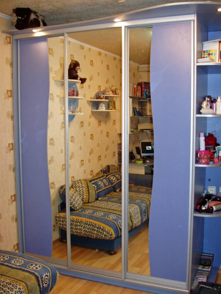 Зеркальный шкаф с раздвижными дверцами в детской комнате