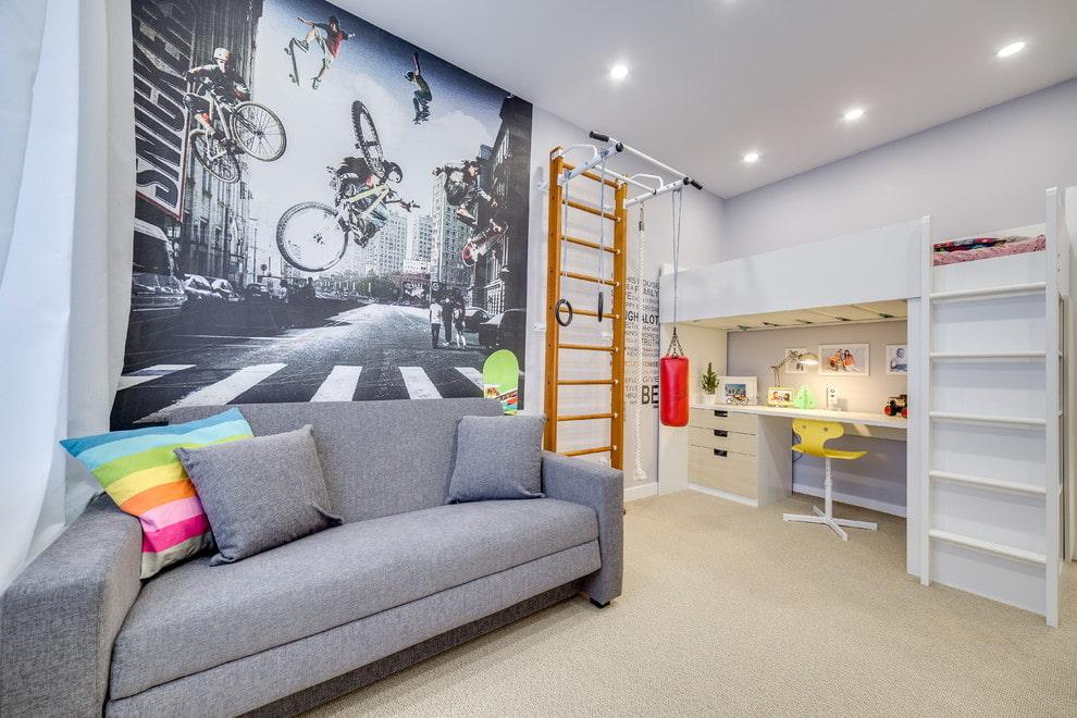 Серый диван в светлой комнате подростка