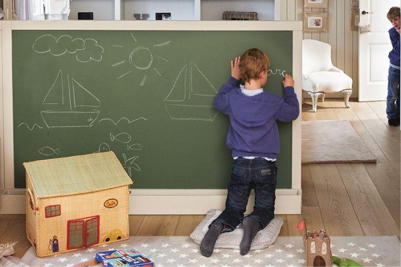 Доска для рисования в комнате ребенка школьного возраста