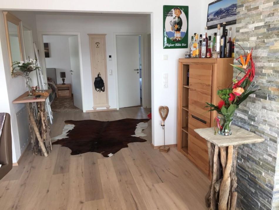 Ламинированные панели на полу двухкомнатной квартиры