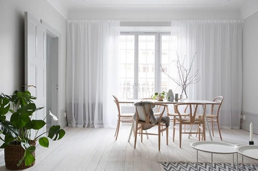 Белые тюлевые шторы на окне гостиной в стиле сканди