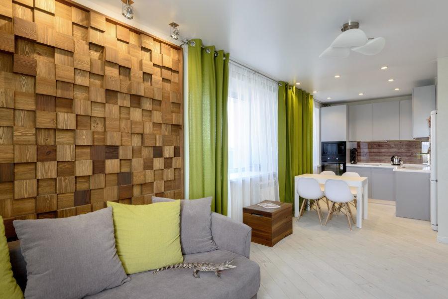 Зеленые занавески в светлой кухне-гостиной