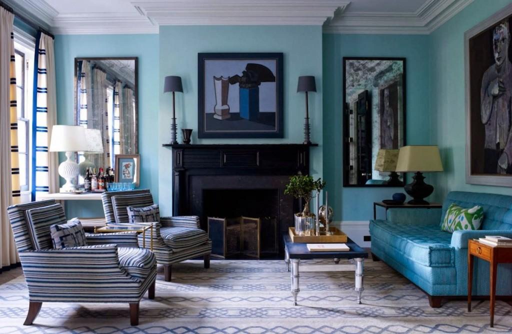 Черный камин в гостиной с диваном светло-синего цвета