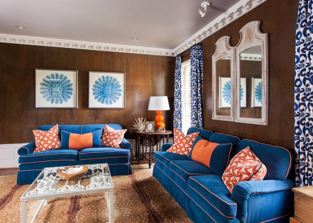 Сочетание синего дивана с коричневыми стенами
