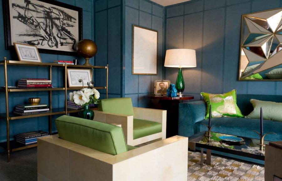 Сочетание синего дивана с зелеными акцентами