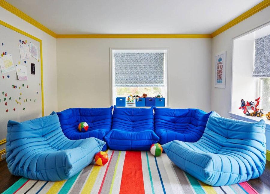 Бескаркасные кресла в детской игровой комнате