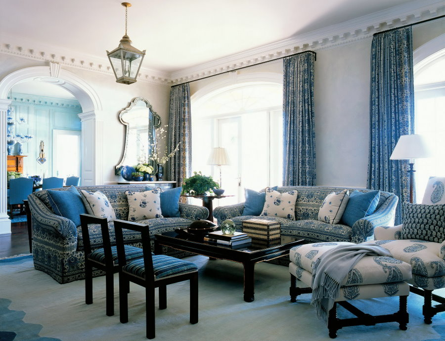Синие занавески в современной гостиной