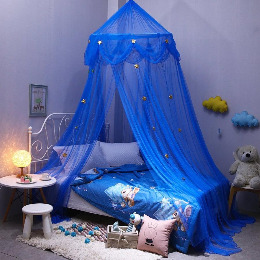 Синий балдахин над кроватью мальчика