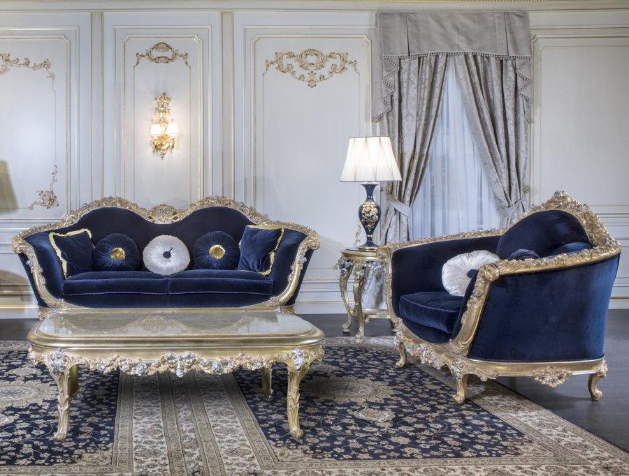 Мягкая мебель с синей обивкой в зале стиля ампир