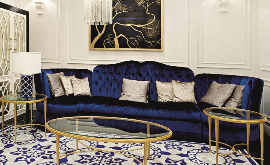 Синий диван в интерьере гостиной стиля арт деко