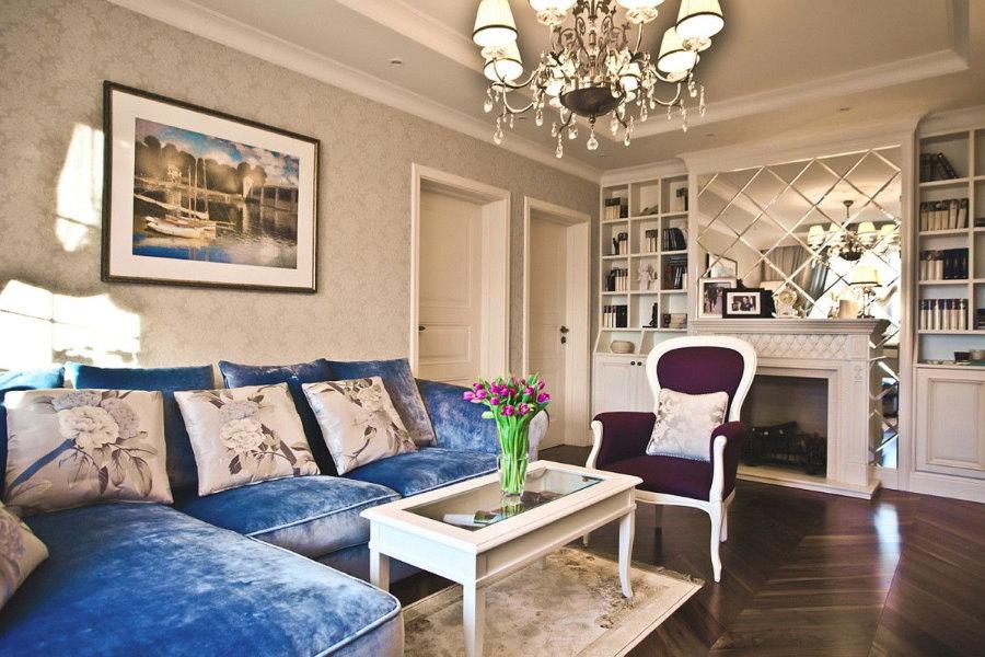 Синий диван в интерьере классической гостиной