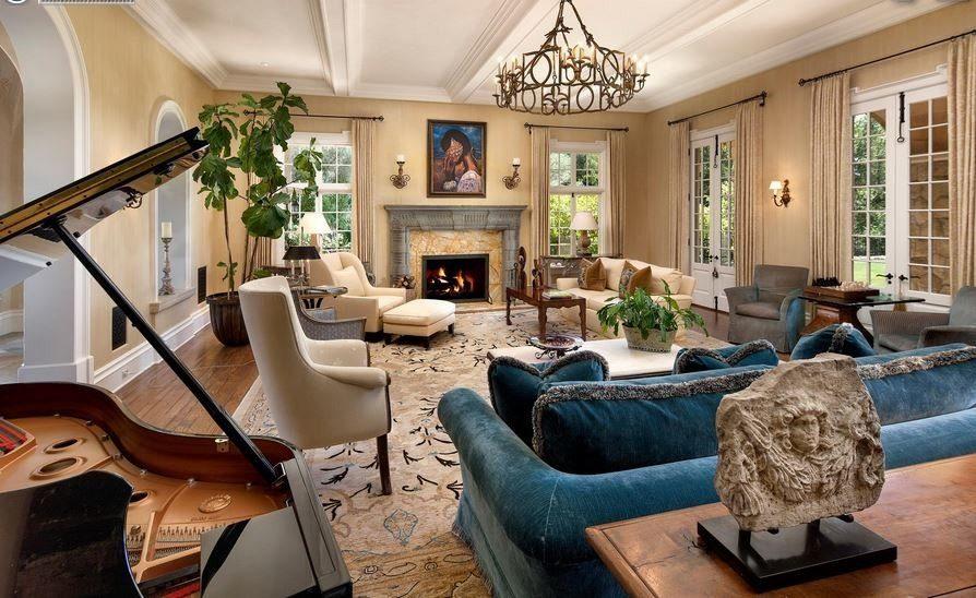 Спинка синего дивана в зале итальянского стиля