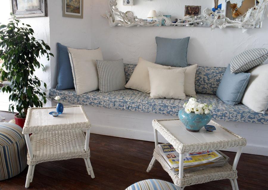 Небольшой диванчик в гостиной стиля кантри