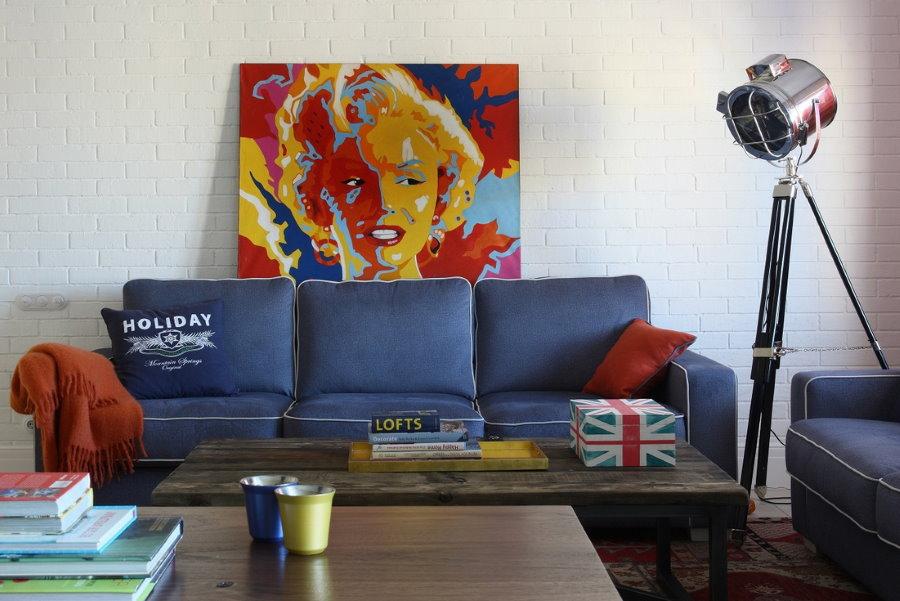 Синий диван в интерьере гостиной стиля поп-арт