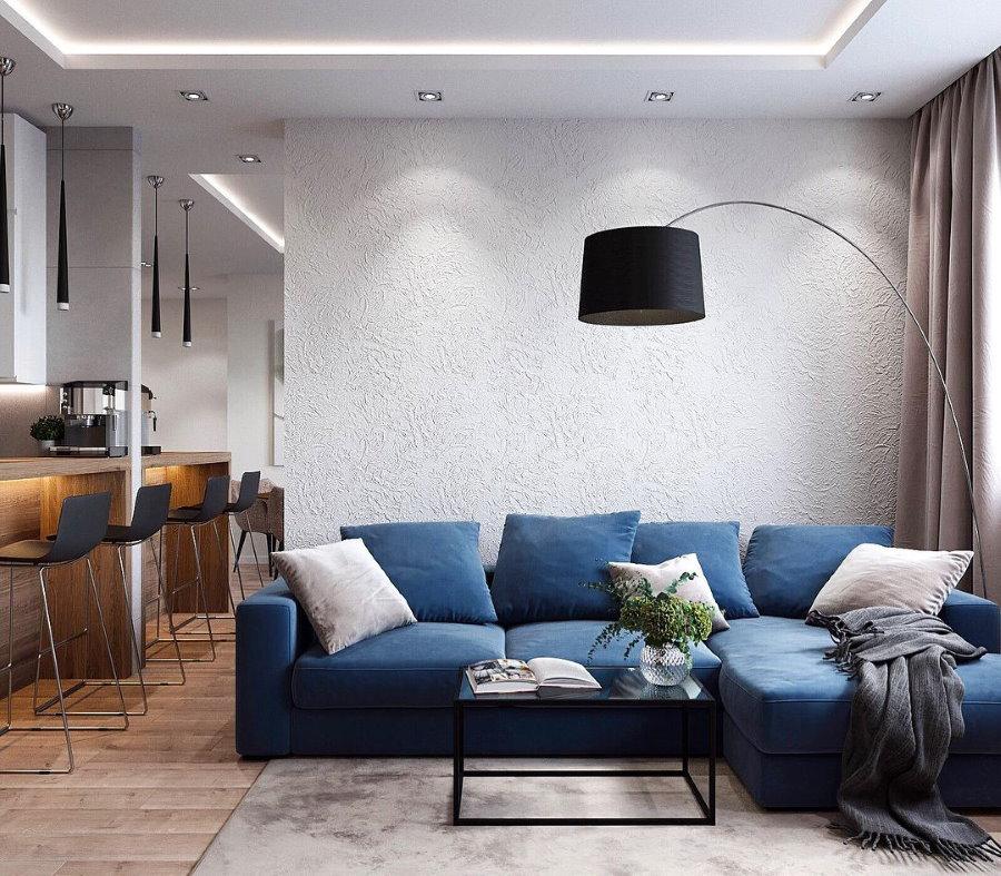 Освещение в гостиной с синем диваном